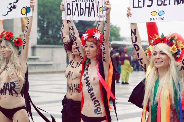 Activistas de Femen. Por qué en topless? Desgraciadamente una teta es más mediática que cuatro mujeres con pancartas. Luchan y saben lo que hacen.