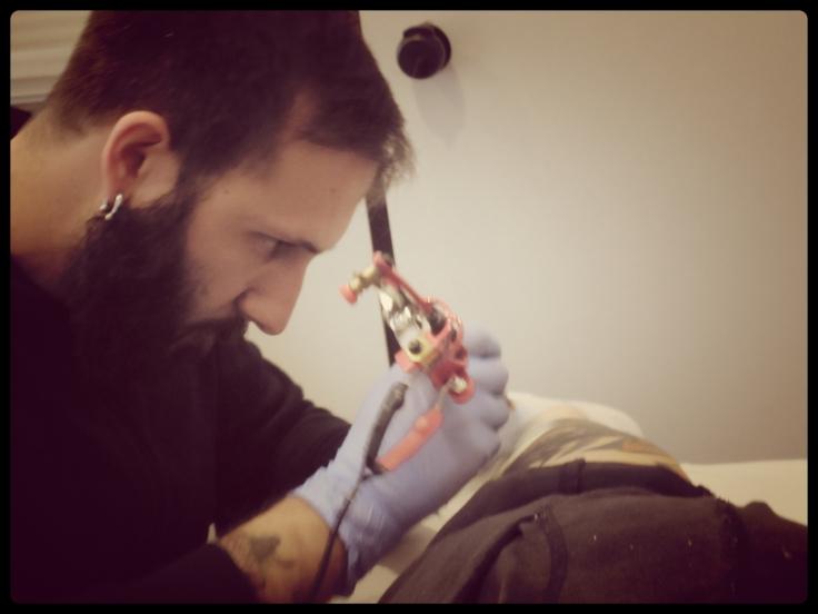 El señor José de Juanas tatuando. Una ola por la obra de arte :)